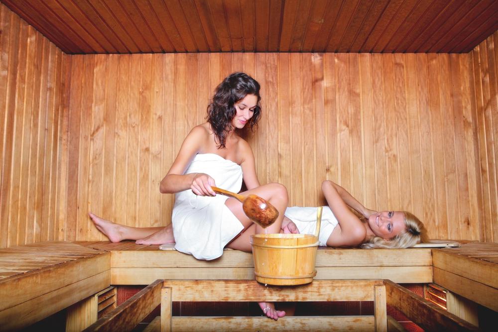 trahayut-devushku-v-saune